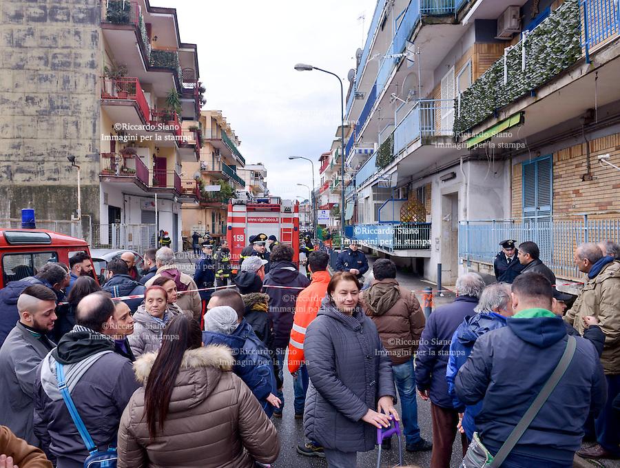- NAPOLI, 28 FEB - Le famiglie sgomberate dopo il crollo della voragine di via Campanile a Pianura