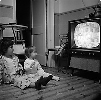 Enfants devant la Television<br />  en octobre 1969<br /> <br /> PHOTO : Agence Quebec Presse<br /> - Photo Moderne