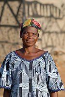 BURKINA FASO Dorf Sesuala bei Pó , Ethnie Kassena , Frauen Kooperative verarbeiten Karite bzw Shea Nuesse zu Shea Butter, Frau Avi Nabila , Leiterin der Kooperative  - BURKINA FASO , village Sesuala near Pó , ethnic Kassena , women cooperative produce shea butter from shea nuts of Karite tree, Mrs. Avi Nabila , leader of cooperative