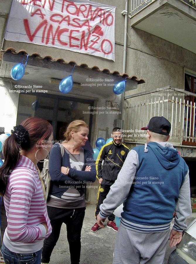 - NAPOLI 1 OTT 2014 -Pianura, striscioni, palloncini colorati e applausi per il ritorno a casa di Vincenzo il ragazzo seviziato in un autolavaggio.