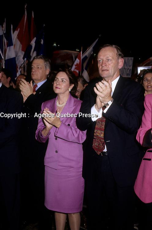 Aline et Jean Chretien, Octobre 1995 (date exacte inconnue) durant la campagne du NON au referendum.<br /> <br /> Mme Chretien est dececee en septembre 2020.<br /> <br /> PHOTO : Agence Quebec Presse