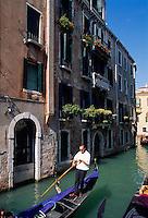Italien, Venetien-Friaul.Venedig, Gondel auf den Seitenkanälen
