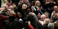 Papa Francesco saluta i fedeli al termine di un'udienza speciale con le vittime del terremoto che ha colpito l'Italia centrale in Aula Paolo VI, Città del Vaticano, 5 gennaio 2017.<br />