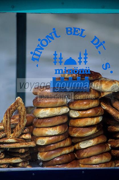 """Europe/Turquie/Istanbul : Marché autour du bazar aux épices """"Misir Carsisi"""", marchand de pain et sa voiturette"""