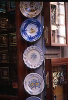 TOLEDO- ESPAÑA- 28-06-2005. Venta artesanías en Toledo, España. Handicrafts sale in Toledo, Spain. (Photo: VizzorImage)..........