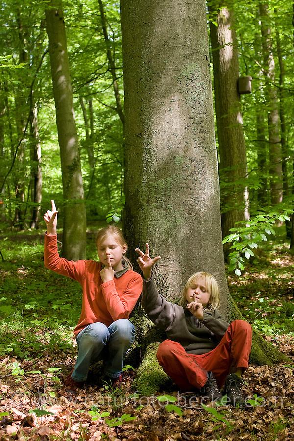 Kinder, Kind lauschen mit geschlossenen Augen im Frühlings-Wald, Wald den Stimmen der Natur und zählen verschiedene Vogelstimmen