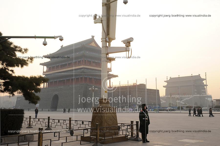 CHINA Peking Beijing Platz des himmlischen Frieden Tiananmen Platz , Wachmann und ueberwachungskameras - CHINA Beijing Tiananmen square full with monitoring cameras