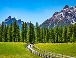 Italien, Suedtirol, bei Sexten, Ortsteil Moos: das malerische Fischleintal im Naturpark Drei Zinnen - ein Nebental des Sextentals - vor der Sextener Sonnenuhr m it dem Gipfel Einserkofel | Italy, South Tyrol (Trentino - Alto Adige), near Sexten, district Moos: the picturesque Fischleintal (Val Fiscalina) at Drei Zinnen Nature Park (Parco Naturale Tre Cime), side valley of Sexten Valley (Valle di Sesto) - and Sexten Dolomites (Dolomiti di Sesto) with summit Einserkofel (Cima Una)