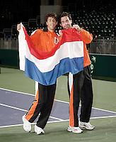5-4-07, England, Birmingham, Tennis, Daviscup England-Netherlands, The Dutch singles players Robin Haase(l) and Raemon Sluiter with the Dutch flag having a good time