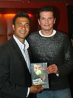 """20050120, Amsterdam, Presentatie eerste exemplaar ven het boek """"harde ballen"""" van Richard Krajicek, Ruud Gullit ontvangt het eerste exemplaar van het boek"""