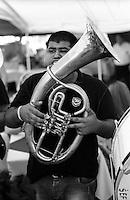 Festival di trombe e ottoni di Guca (Cacak). Suonatore di tuba all'interno di un ristorante --- Trumpet festival of Guca (Cacak). Tuba player inside a restaurant