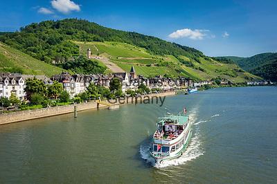 Deutschland, Rheinland-Pfalz, Moseltal, Zell an der Mosel mit dem Pulverturm   Germany, Rhineland-Palatinate, Moselle Valley, Zell at river Moselle with landmark Powder Tower