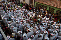 """Procissão de São Benedito o Santo preto.<br /> Bragança, Pará, Brasil.<br /> Foto Paulo Santos<br /> 26/12/2011<br /> <br /> A origem<br /> <br /> A Marujada,  em Bragança,  teve inicio em 1798 quando os senhores brancos atendendo ao pedido de seus escravos, permitiram a organização de uma Irmandade e a primeira festa em louvor a São Benedito. Em sinal de reconhecimento, os negros foram dançar de casa em casa para agradecer a seus benfeitores.<br /> <br /> A Marujada é constituída na maioria por mulheres, cabendo lhes a direção e a organização. Não há número limitado de marujas, nem papéis a desempenhar. Nem uma só palavra é articulada, falada ou cantada como auto ou como argumentação. Não há dramatização de qualquer feito marítimo. A Marujada é caracterizada pela dança, cujo ritmo principal é o retumbão. A organização e a disciplina são exercidas por uma """"capitoa"""" e uma """"sub-capitoa"""". É a """"capitoa"""" quem escolhe a sua substituta, nomeando a """"sub-capitoa"""", que somente assumirá o bastão de direção por morte ou renúncia daquela.<br /> <br /> http://www.tracuateua.web44.net/braga.html<br /> <br /> http://www.cdpara.pa.gov.br/marujada.php"""