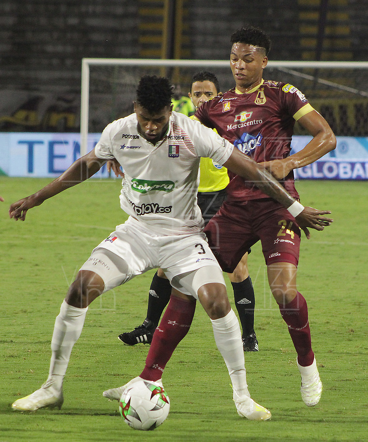 IBAGUE - COLOMBIA, 15-11-2020: Carlos Robles del Tolima disputa el balón con Jose Junior Julio de Once durante partido entre Deportes Tolima y Once Caldas por la fecha 20 de la Liga BetPlay DIMAYOR 2020 jugado en el estadio Manuel Murillo Toro de la ciudad de Ibagué. / Carlos Robles of Tolima vies for the ball with Jose Junior Julio of Once during match between Deportes Tolima and Once Caldas for the date 20 as part BetPlay DIMAYOR League 2020 played at Manuel Murillo Toro stadium in Ibague city.  Photo: VizzorImage / Juan Torres / Cont