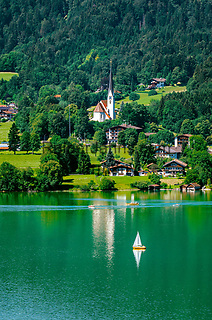 Deutschland, Bayern, Tegernseer Tal, Tegernsee: Blick ueber den See auf Bad Wiessee mit Kirche Maria Himmelfahrt   Germany, Bavaria, Tegernseer Valley, Lake Tegern: view across the lake at Bad Wiessee with church Mary Ascension