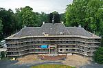 Foto: VidiPhoto<br /> <br /> MEGCHELEN – Een van de meest imposante buitenplaatsen van ons land, Huis Landfort in Megchelen in de Achterhoek, wordt op dit moment ingrijpend gerestaureerd. In het huidige restauratietempo proeven bezoekers van het adembenemende landhuis over twee jaar weer de grandeur zoals deze rond 1825 tot stand kwam. Het prestigieuze herstelproject behelst niet alleen een grondige renovatie van het hoofdgebouw, maar ook herbouw van het in 1945 verwoeste koetshuis met (nieuwe) orangerie, een 90 meter lange leifruitmuur met muurkas, de moestuin, bloem- en groentebedden en boomgaard, naast ook het omringende landschappelijke park. Al met al een unieke en kostbare klus met vier architecten, waarvan de kosten op 10-20 miljoen euro worden geraamd. Hoofaannemer is bouwbedrijf Hoffman uit Beltrum.