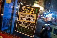 """Aufgrund einer Anordnung des Berliner Senat muessen seit dem 13. Maerz 2020 Bars, Clubs und Kneipen geschlossen beleiben um die Ausbreitung des Corona-Virus zu verlangsamen.<br /> Im Bild: Hinweisschild in der Kneipe """"Goldener Hahn"""" in Berlin-Kreuzberg.<br /> 14.3.2020, Berlin<br /> Copyright: Christian-Ditsch.de<br /> [NUR FUER REDAKTIONELLE ZWECKE! Werbung nur auf Anfrage beim Fotografen. Inhaltsveraendernde Manipulation des Fotos nur nach ausdruecklicher Genehmigung des Fotografen. Vereinbarungen ueber Abtretung von Persoenlichkeitsrechten/Model Release der abgebildeten Person/Personen liegen nicht vor. NO MODEL RELEASE! Don't publish without copyright Christian-Ditsch.de, Veroeffentlichung nur mit Fotografennennung, sowie gegen Honorar, MwSt. und Beleg. Konto: I N G - D i B a, IBAN DE58500105175400192269, BIC INGDDEFFXXX, Kontakt: post@christian-ditsch.de<br /> Bei der Bearbeitung der Dateiinformationen darf die Urheberkennzeichnung in den EXIF- und  IPTC-Daten nicht entfernt werden, diese sind in digitalen Medien nach §95c UrhG rechtlich geschuetzt. Der Urhebervermerk wird gemaess §13 UrhG verlangt.]"""