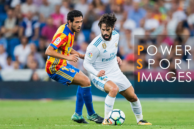 Isco Alarcon (r) of Real Madrid fights for the ball with Daniel Parejo Munoz of Valencia CF during their La Liga 2017-18 match between Real Madrid and Valencia CF at the Estadio Santiago Bernabeu on 27 August 2017 in Madrid, Spain. Photo by Diego Gonzalez / Power Sport Images