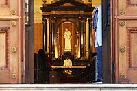 SÃO PAULO, SP, 03.06.2021 - RELIGIAO-SP - Padre celebra missa na Igreja de São Luiz Gonzaga, na Avenida Paulista, nesta quinta-feira, 3, feriado de Corpus Christi. (Foto Charles Sholl/Brazil Photo Press)