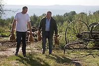 Europe/France/Midi-Pyrénées/46/Lot/ Daniel Chambon chef du restaurant: Le Pont de l'Ouysse et Julien Dale portent des volailles fermières