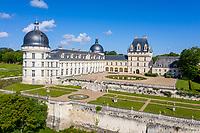 France, Indre (36), Valençay, château de Valençay et jardin au printemps côté cour d'honneur et jardin de la duchesse (vue aérienne)