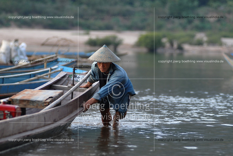 """S?dostasien Asien Indochina Laos Mekong Region .Menschen und Boote in Muang Ngoi am Fluss Nam Ou , ein Nebenfluss des Mekong -  Landschaft Wasser Fluesse xagndaz 