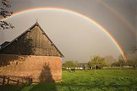 Europe/France/Basse-Normandie/Calvados/Bonnebosq: Arc enciel sur mles batiments de l'exploitation agricole du Manoir du Champ Versan