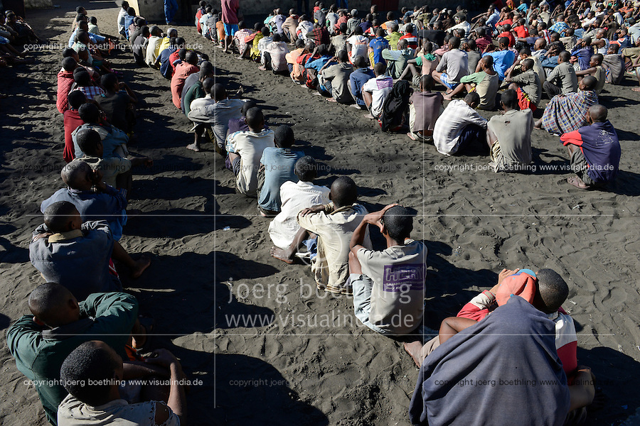 MADAGASCAR, Mananjary, prison / MADAGASKAR, Mananjary, Gefaengnis, Haeftlinge sitzen aufgereiht zu einem Appell