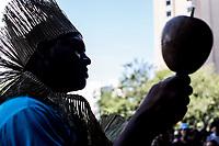 """Sao Paulo, 31.01.2019 - ATO CONTRA GENOCIDIO INDIGENA - A APIB (Articulação dos Povos Indigenas do Brasil) realizou na tarde desta quinta-feira (31) o ato """"Sangue Indígena, Nenhuma Gota A Mais!"""", na avenida Paulista, em Sao Paulo; representantes de diversas tribos protestaram contra o genocidio dos povos indigenas e pela demarcaçao de territorios.  (Foto: Carla Carniel/Código19)"""