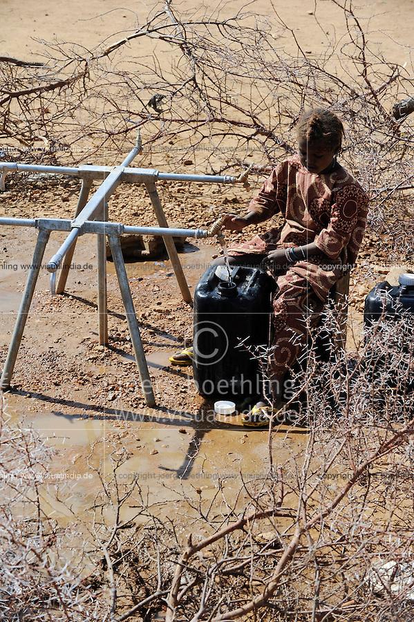 BURKINA FASO Dori , malische Fluechtlinge, vorwiegend Tuaregs, im Fluechtlingslager Goudebo des UN Hilfswerks UNHCR, sie sind vor dem Krieg und islamistischem Terror aus ihrer Heimat in Nordmali geflohen, Wasserversorgung / BURKINA FASO Dori, malian refugees, mostly Touaregs, in refugee camp Goudebo of UNHCR, they fled due to war and islamist terror in Northern Mali , water supply , WEITERE MOTIVE ZU DIESEM THEMA SIND VORHANDEN!! MORE PICTURES ON THIS SUBJECT AVAILABLE!!