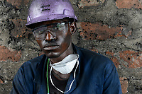 ZAMBIA, Sinazese, chinese owned Collum Coal Mine, underground mining of hard coal for copper melter and cement factory, miner with helmet and glasses /SAMBIA, Collum Coal Mine eines chinesischem Unternehmens, Untertageabbau von Steinkohle