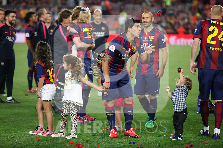 Barcelona´s Luis Suarez celebrates with his children after winning the 2014-15 Copa del Rey final match against Athletic de Bilbao at Camp Nou stadium in Barcelona, Spain. May 30, 2015. (ALTERPHOTOS/Victor Blanco)