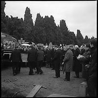 Cimetière de Muret (Haute-Garonne). 3 Janvier 1966. Vue de la foule lors des obsèques de Vincent Auriol.