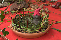Kinder basteln Zwergengärtchen, Zwergen-Gärtchen aus Naturmaterialien, Bastelei, Tonschale wird mit Moos ausgelegt, und mit Rinde, Eicheln, Kastanien, Äste und Blätter dekoriert. Zwerg aus Ton.