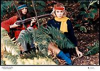 Prod DB © Copernic - Ascot / DR<br /> WEEK-END (WEEK END) de Jean-Luc Godard 1967 FRA / ITA<br /> avec Juliet Berto et Mireille Darc<br /> sang, blessure, foret, fougeres, braquer, fusil, guerilla, guerillera,