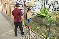 """Blindentrainer Juan Ruiz motiviert als Coach Kinder und Jugendliche mit Sehbehinderung und lehrt ihnen unter anderem mit einer einzigartigen Technik durch Klicklaute sich raeumlich zu orientieren. Der 38-Jaehrige gebuertige Mexikaner ist von Geburt an blind und hat den Grand Canyon durchwandert, Gebirge erklommen und haelt den Weltrekord im blinden Mountainbiken.<br /> Im Bild: Juan Ruiz in Berlin beim Choaching mit der 10-Jaehrigen Violet. Hier erklaert Juan Ruis Violet raumliches Hoeren an einem, an der Strasse gelegenen Hof mit Garten. Sie soll in Richtung des Hofes klicken und ihm erklaeren was sie """"sieht"""".<br /> Die Eltern des Maedchens haben den Verein """"Anderes Sehen e.V."""" gegruendet. Ziel des Vereins ist die Durchsetzung fortschrittlicherer Foerderung blinder Kinder und besserer Voraussetzungen eines selbstbestimmten Lebens blinder Menschen.<br /> 17.5.2019, Berlin<br /> Copyright: Christian-Ditsch.de<br /> [Inhaltsveraendernde Manipulation des Fotos nur nach ausdruecklicher Genehmigung des Fotografen. Vereinbarungen ueber Abtretung von Persoenlichkeitsrechten/Model Release der abgebildeten Person/Personen liegen nicht vor. NO MODEL RELEASE! Nur fuer Redaktionelle Zwecke. Don't publish without copyright Christian-Ditsch.de, Veroeffentlichung nur mit Fotografennennung, sowie gegen Honorar, MwSt. und Beleg. Konto: I N G - D i B a, IBAN DE58500105175400192269, BIC INGDDEFFXXX, Kontakt: post@christian-ditsch.de<br /> Bei der Bearbeitung der Dateiinformationen darf die Urheberkennzeichnung in den EXIF- und  IPTC-Daten nicht entfernt werden, diese sind in digitalen Medien nach §95c UrhG rechtlich geschuetzt. Der Urhebervermerk wird gemaess §13 UrhG verlangt.]"""