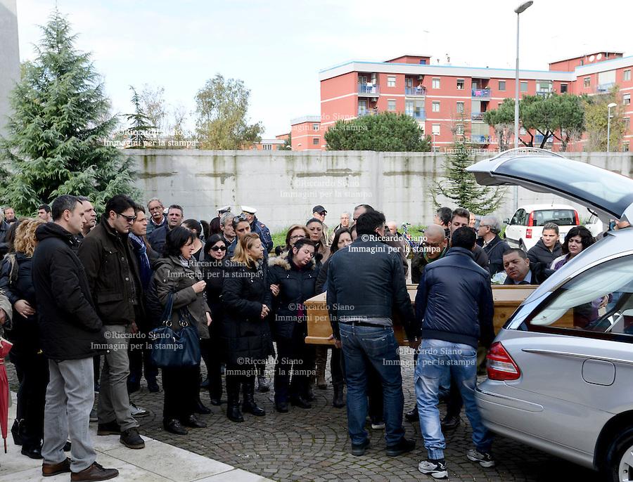 - NAPOLI  21 FEB    2014 - Casalnuovo, rabbia ai funerali del commerciante suicida. Eduardo De Falco si è ucciso a 43 anni dopo aver ricevuto una multa di duemila euro dall'Ispettorato del lavoro per la presenza della moglie, priva di regolare contratto, nella sua pizzeria . <br /> NELLA FOTO  LA MOGLIE