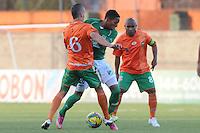 ENVIGADO -COLOMBIA-02-06-2013. Mateus Uribe (I)  y Neider Morantes (D) del Envigado trata de disputar el balón con Johan Mojica (C) del Cali durante partido de la fecha 18 de la Liga Postobón 2013-1 jugado en el Parque Estadio de la ciudad de Envigado./ Envigado's PlayerMateus Uribe (L)  and Neider Morantes (R)fights for the ball with Cali player Johan Mojica (C) during match of the 18th date of Postobon  League 2013-1 at at Parque Estadio in Envigado.  Photo: VizzorImage/Luis Ríos/STR