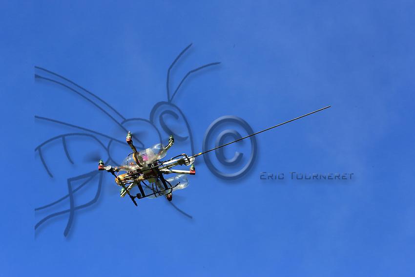"""The drone """"The Joker"""" in flight.///Le drone « Le joker» en vol."""