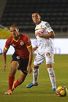 BARRANQUILLA - COLOMBIA -05 -04-2014: Alan Navarro  (Izq.) jugador de Universidad Autonoma disputa el balón con Henry Rojas (Der.) jugador de Alianza Petrolera durante partido entre Universidad Autonoma y Alianza Petrolera por la fecha 15 entre de la Liga Postobon I 2014, jugado en el estadio Metropolitano Roberto Melendez de la ciudad de Barranquilla. / Alan Navarro  (L) player of Universidad Autonoma vies for the ball with Henry Rojas (R) player of Alianza Petrolera during a match between Universidad Autonoma and Alianza Petrolera for the date 15th of the Liga Postobon I 2014 at the Metropolitano Roberto Melendez Stadium in Barranquilla city. Photo: VizzorImage  / Alfonso Cervantes / Str