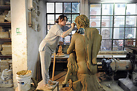 - Milano, Antica Fornace Curti, artigianato del cotto, l'artista Anne Alexandra Bacchetta con una scultura destinata al castello Le Cailloux di Fertreve, in Francia<br />