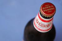 Cibi e bevande. Food and beverages..Bottiglia di birra Peroni. bottle of Peroni beer..