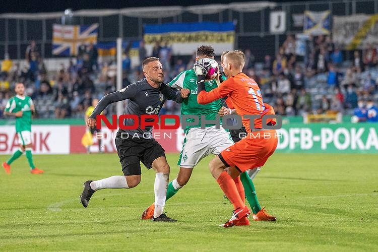 12.09.2020, Ernst-Abbe-Sportfeld, Jena, GER, DFB-Pokal, 1. Runde, FC Carl Zeiss Jena vs SV Werder Bremen<br /> <br /> Dennis Slamar (Carl Zeiss Jena #04)<br /> Davie Selke  (SV Werder Bremen #09)<br /> Lukas Sedlak (Carl Zeiss Jena #12)<br /> <br /> <br />  <br /> <br /> <br /> Foto © nordphoto / Kokenge
