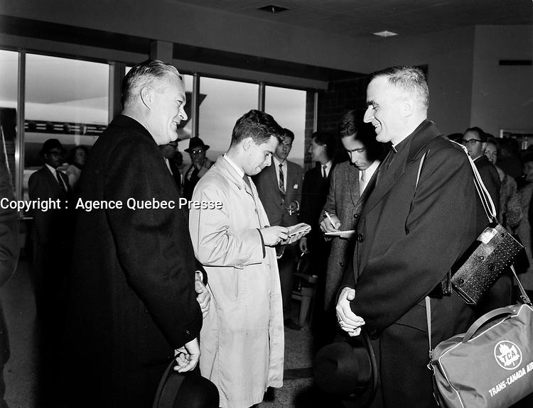 ARCHIVE -<br /> Le Premier ministre Jean Lesage (G) et les journalistes avent que<br /> Monseigneur Maurice Roy (D) , Archeveque de Quebec<br /> quitte le Quebec pour aller assister au<br /> Concile Vatican II  dui dure de 1962 à 1965.<br />  <br />  Date exacte inconnuee,<br /> <br /> <br /> Le pape Paul VI le crée cardinal lors du consistoire du 22 février 1965.  <br /> <br /> <br /> PHOTO :  AQP -  Photo Moderne<br /> <br /> NOTE : Ce negatif sera re-numeriser