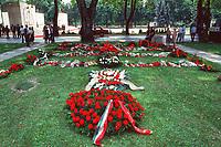 UNGARN, 14.07.1989<br /> Budapest - VIII. Bezirk<br /> Staatsbegraebnis von Janos Kadar (korrekt: János Kádár), Generalsekretaer der Kommunistischen Partei MSZMP auf dem Kerepesi Nationalfriedhof. Die Grabstelle neben dem Kommunistischen Pantheon.<br /> State funeral of Communist Party (MSZMP) General Secretary Janos Kadar who died on July 6. His tomb located close to the Kerepesi national cemetery's communist pantheon. <br /> © Martin Fejer/EST&OST