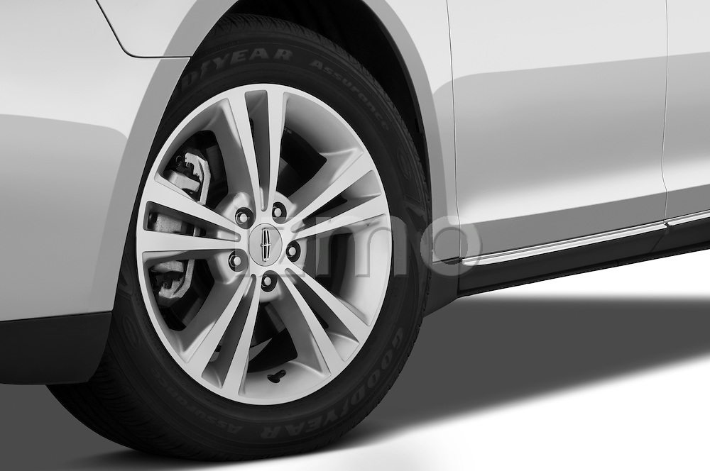 Tire and wheel close up detail view of a 2010 Lincoln MKS FWD