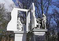 Nederland Den Haag -  maart 2021.  Monument voor de staatsman Thorbecke aan het Lange Voorhout in Den Haag. Het standbeeld is gemaakt door kunstenaar Thom Puckey. Vanuit zijn studeerkamer kijkt Thorbecke de 21e eeuw in. Hij wordt als de grondlegger van het parlementarisme in Nederland beschouwd. Premier Rutte noemt Thorbecke een van zijn grote voorbeelden.   Foto  ANP / Hollandse Hoogte / Berlinda van Dam