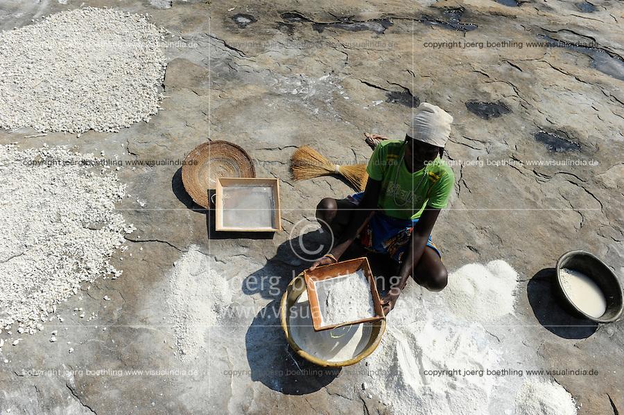 ANGOLA Kwanza Sul, rural development project, village Catchandja, women grind Cassava flour which is the stable food to prepare Funje / ANGOLA Kwanza Sul, laendliches Entwicklungsprojekt ACM-KS, Dorf Catchandja, landwirtschaftliche Beratung und Verbesserung der Anbaumethoden, Vergabe von Saatgut, Frauen mahlen Maniokmehl, Grundlage fuer das Hauptnahrungsmittel Funje Brei