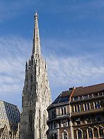 Turm des gotischen  Stephansdom und Haus am Stephansplatz, Wien, Österreich<br /> Steeple of Gothic Cathedral St.Stephan, Vienna, Austria, world heritage