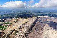 Braunkohle Tagebau Welzow Sued: EUROPA, DEUTSCHLAND, BRANDENBURG (EUROPE, GERMANY), 23.05.2013  Gelaende und Abraumhalden des Braunkohle Tagebau Welzow-Sued im Bundesland Brandenburg. Der Tagebau Welzow-Sued ist ein Braunkohletagebau in der suedlichen Niederlausitz im Landkreis Spree-Neisse, der von der Vattenfall Europe Mining AG betrieben wird. In  Welzow-Sued werden bis zu 20 Millionen Tonnen Braunkohle im Jahr gefoerdert. Die Abbaurichtung auf dem Bild zu sehen ist von links nach rechts.